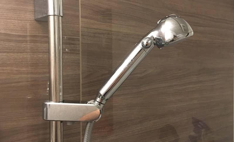 シャワーフックに掛けたシャワーヘッド